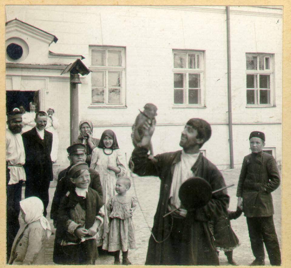 Бродячий фокусник у здания Старой университетской клиники. 1908