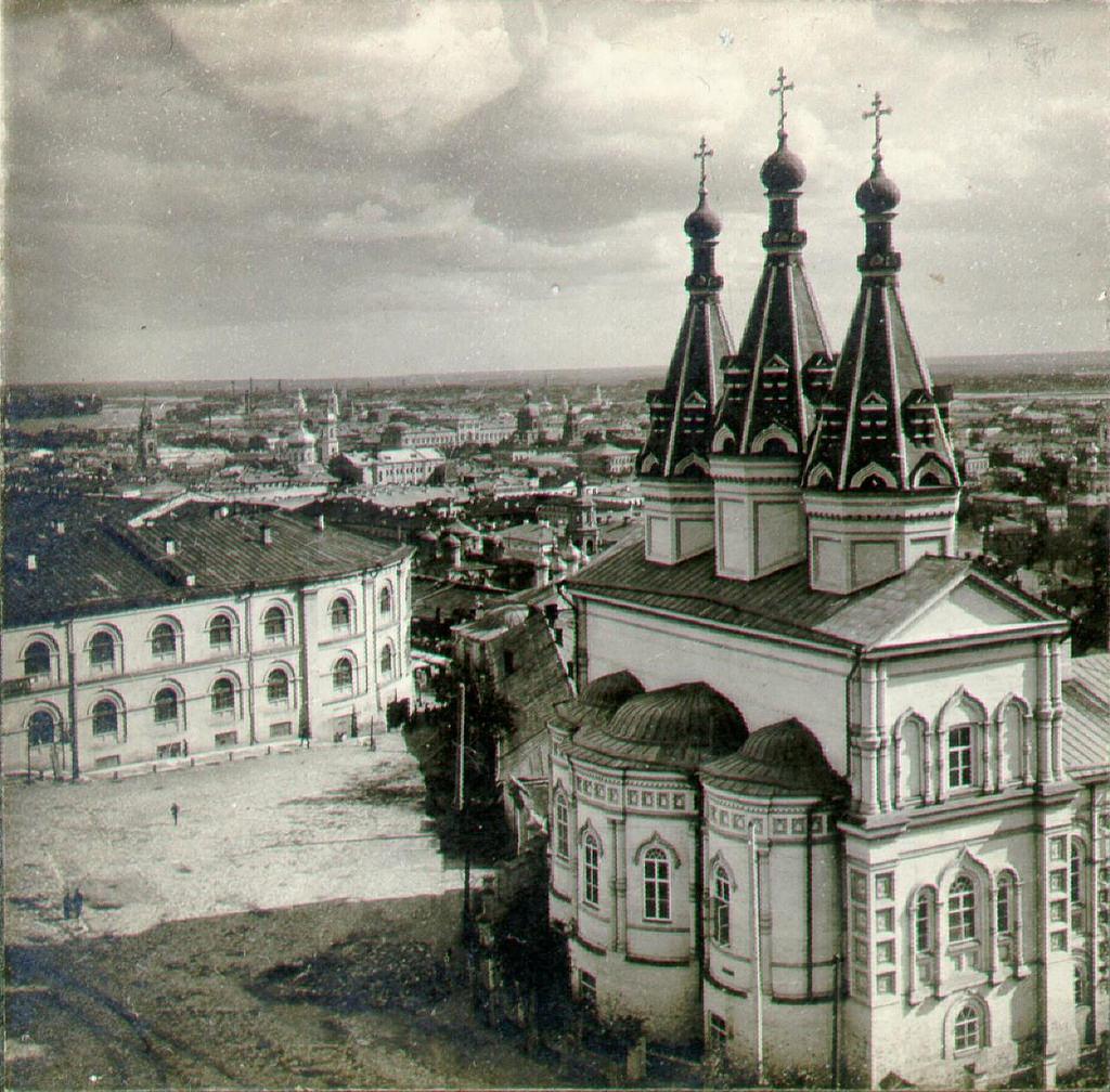 Ивановский монастырь и Гостиный двор со Спасской башни Кремля