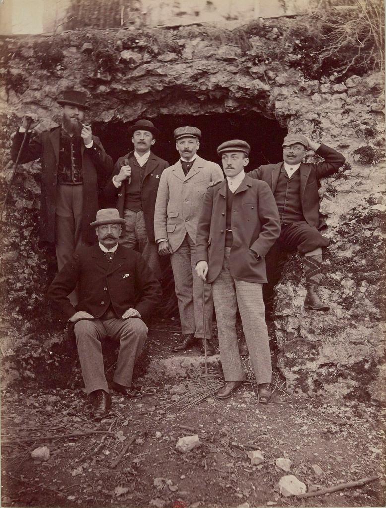 Группа охотников.