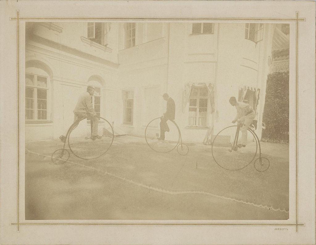 1903. Михайловское. Катание на велосипедах возле дома