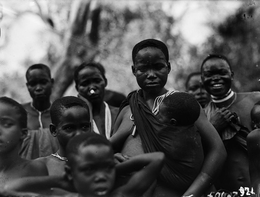 Чама. Групповая фотография детей и женщин вазенга