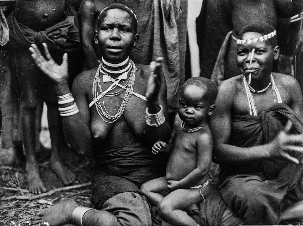 Чама. Портреты двух женщин вазенга с ребенком