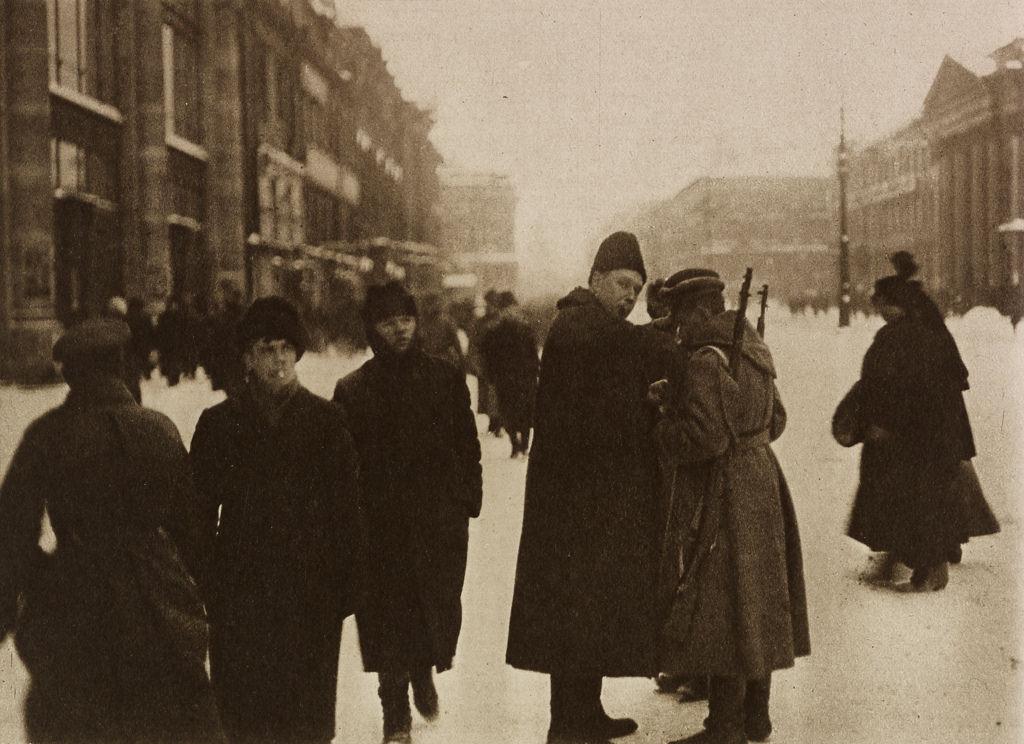 Обыск на улице в Петрограде. Апрель