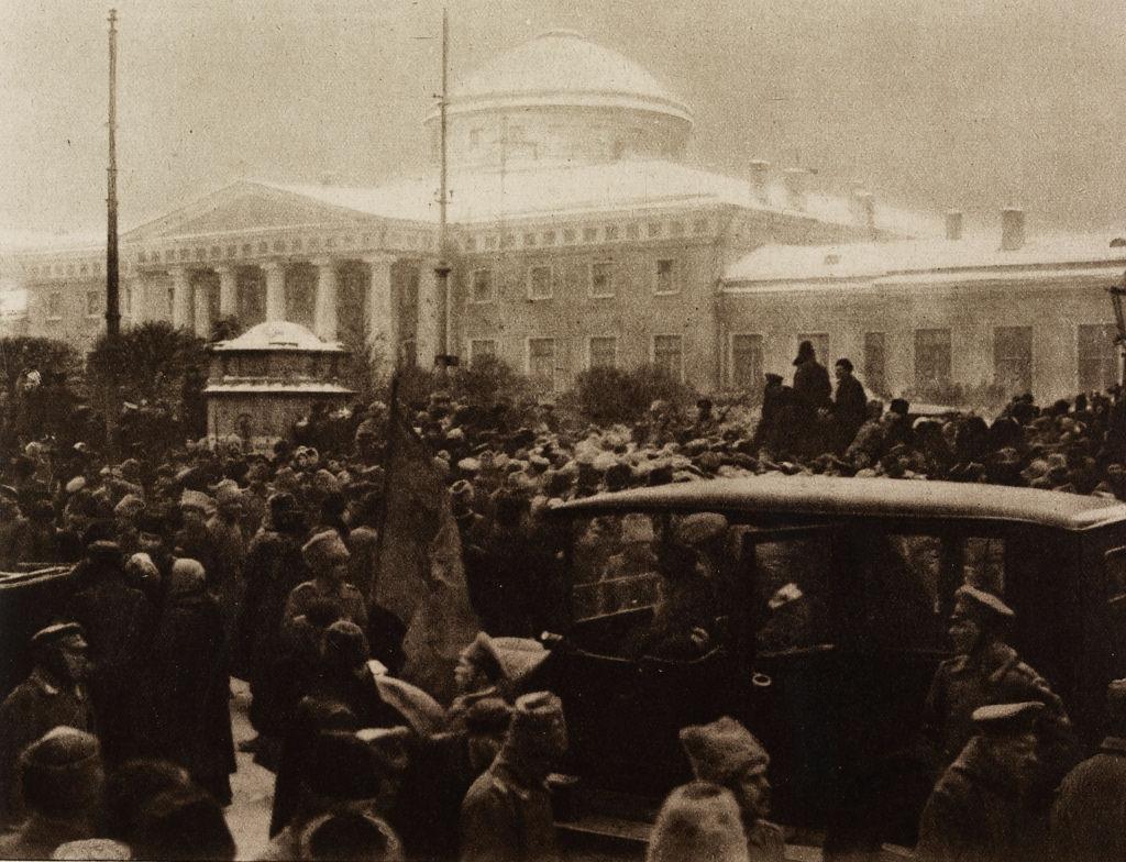 Митинг перед Таврическим дворцом