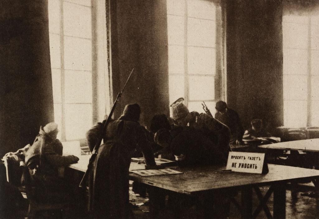 Вооруженные солдаты в читальном зале Думы, апрель