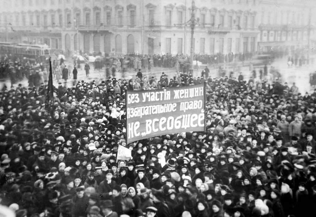 Демонстрация женщин за предоставление им избирательного права. Невский проспект
