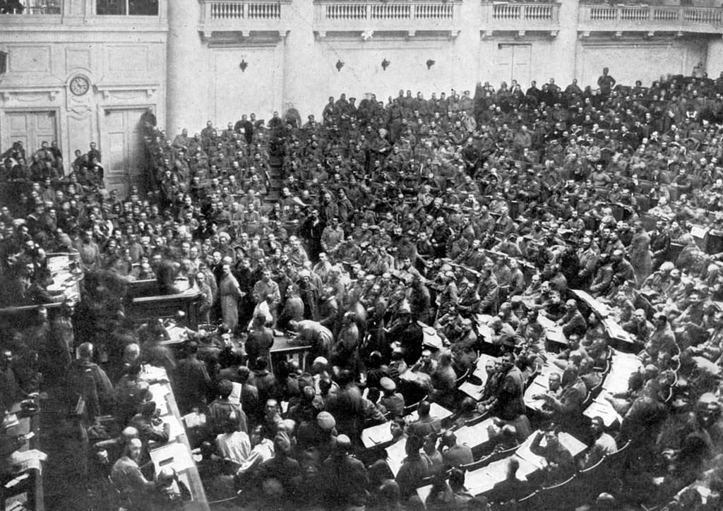 Комитет рабочих и солдатских депутатов во время заседания в Таврическом дворце
