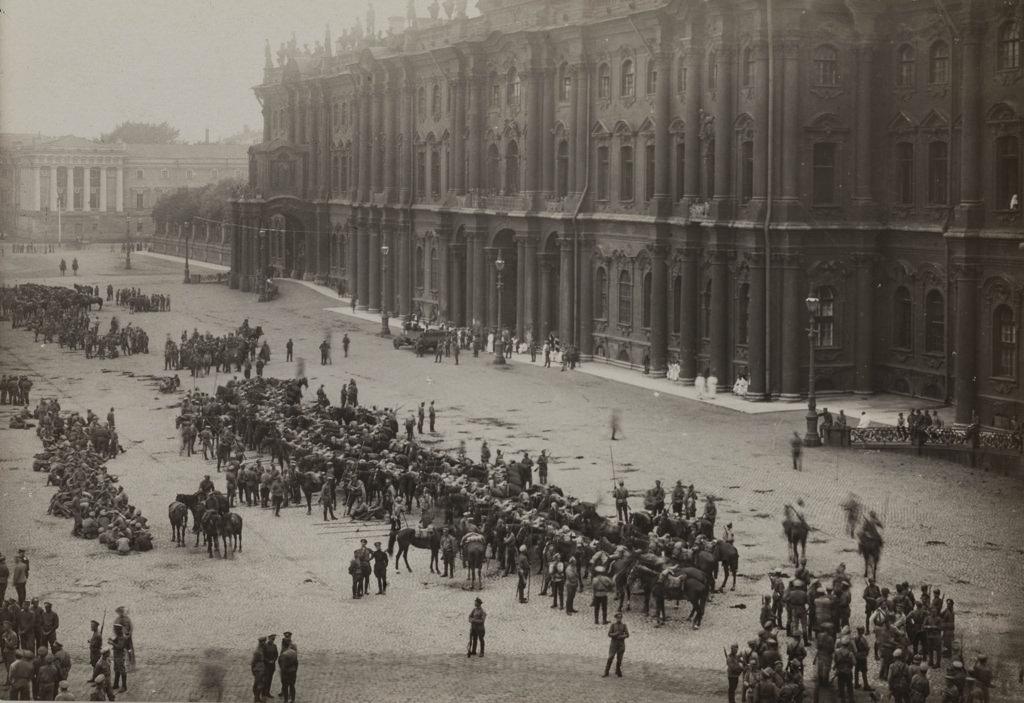 Войска на Дворцовой площади