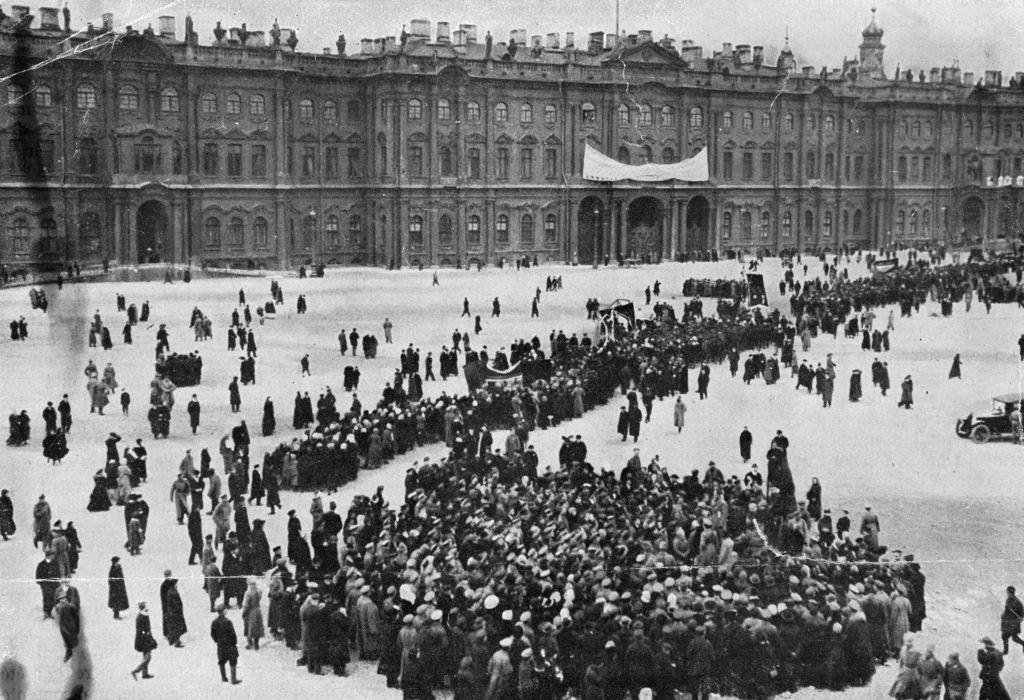Демонстранты собираются перед Зимним дворцом