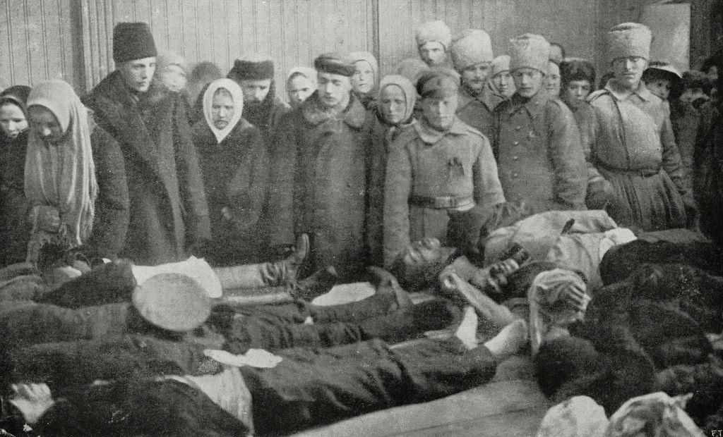 Люди, пришедшие проститься с жертвами революции