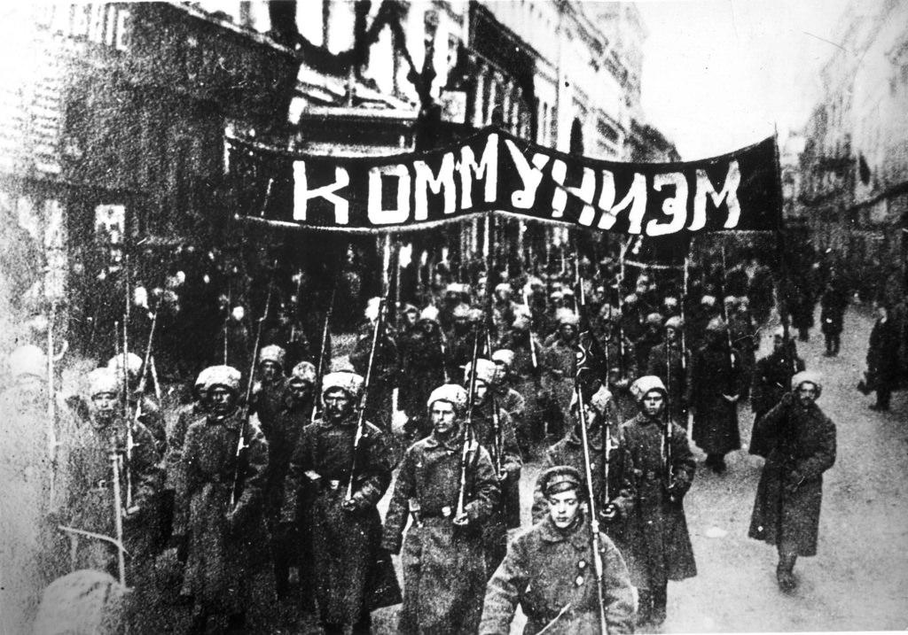 Колонна солдат на Никольской улице в Москве