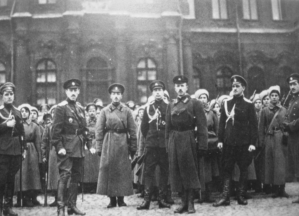 Женский батальон смерти, защищающий Зимний дворец