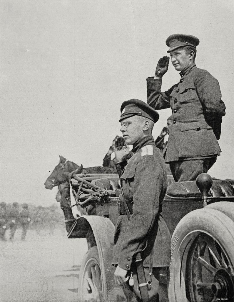 Александр Керенский (справа) осматривает войска на фронте