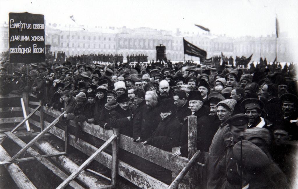 Члены Временного правительства на братской могиле жертв Февральской революции на Марсовом поле