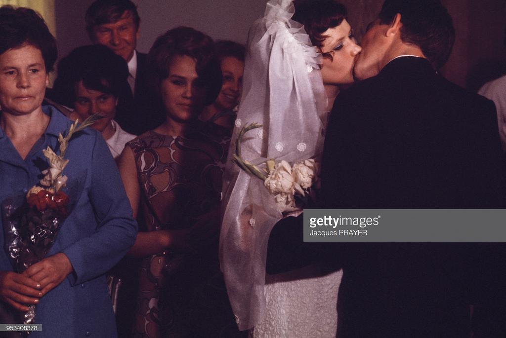 Жених и невеста целуют друг друга