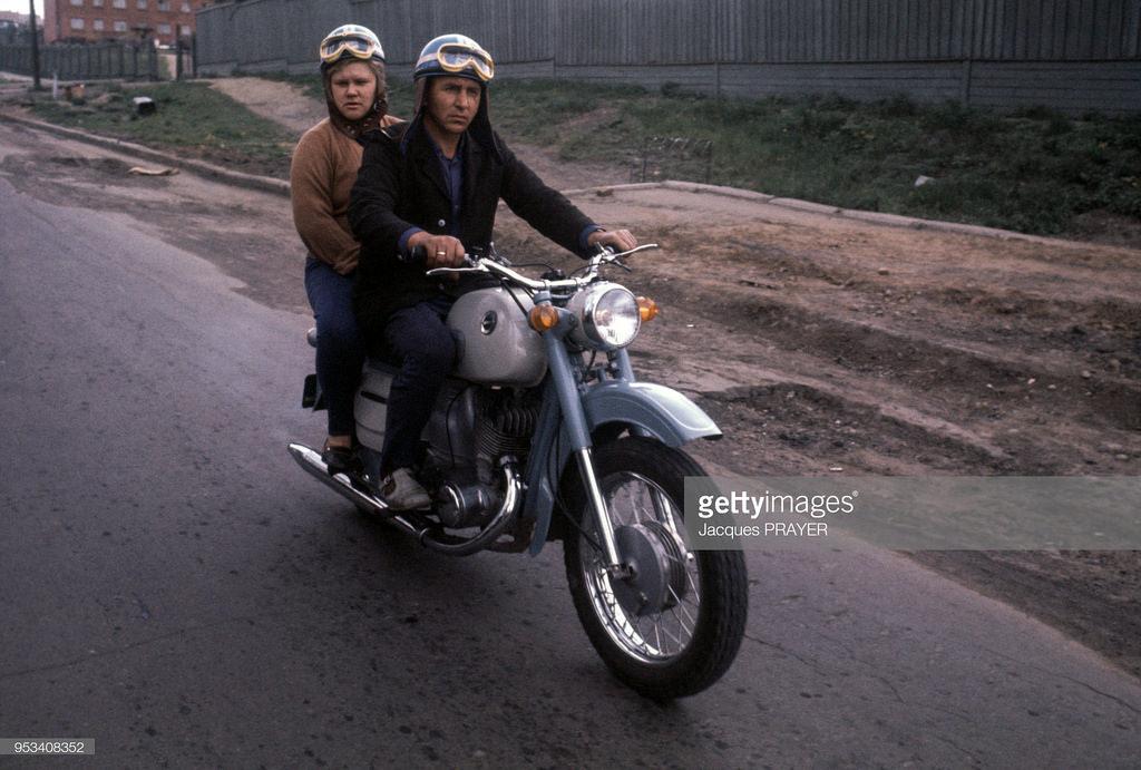 Пара на мотоцикле. Улица Рабочего штаба