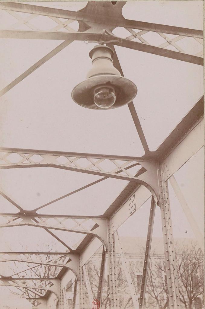 Площадь Контрэскарп. Под пешеходным мостом канала Сен-Мартен