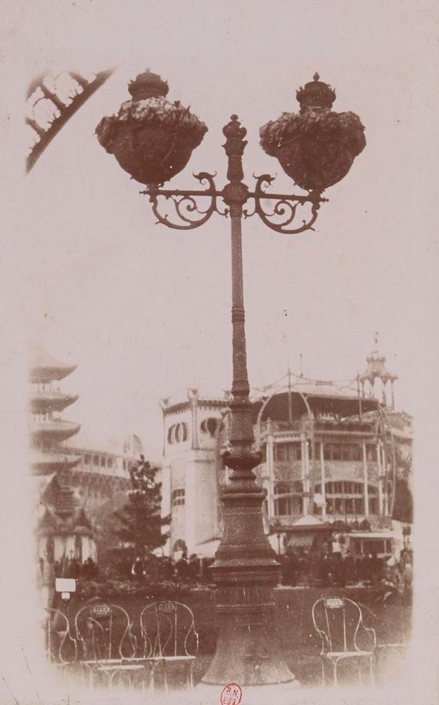 Под Эйфелевой башней