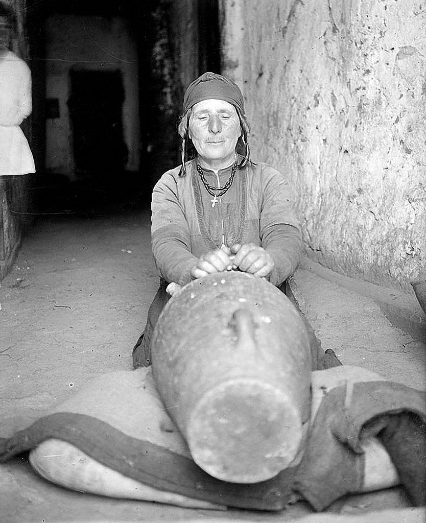 1930. Деревня Гергети. Изготовление масла.