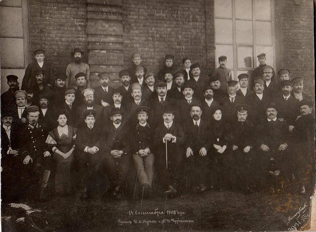 1908. Группа служащих на руднике И. Д. Кукса и Н. И. Чурилина. сентябрь.