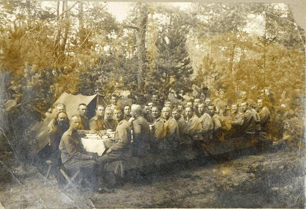 1915. Фото офицеров 309-го Овручского полка за трапезой в полевом лагере в Карпатах весной