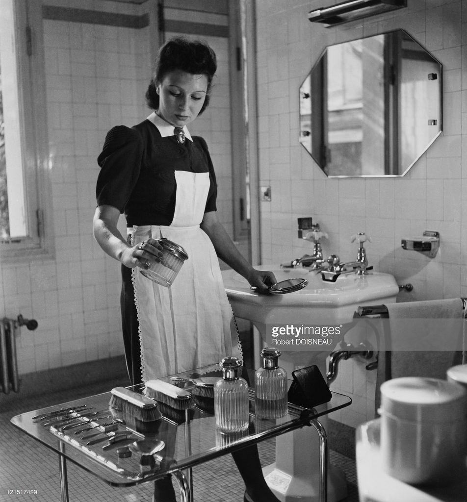 1941. Горничная в ванной