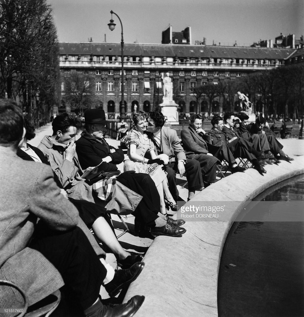 1950-е. Влюбленные целуются на площади Пале-Рояль