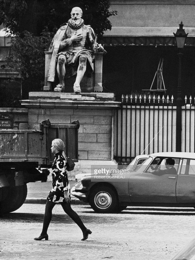 1960-е. Женщина, идущая на улице
