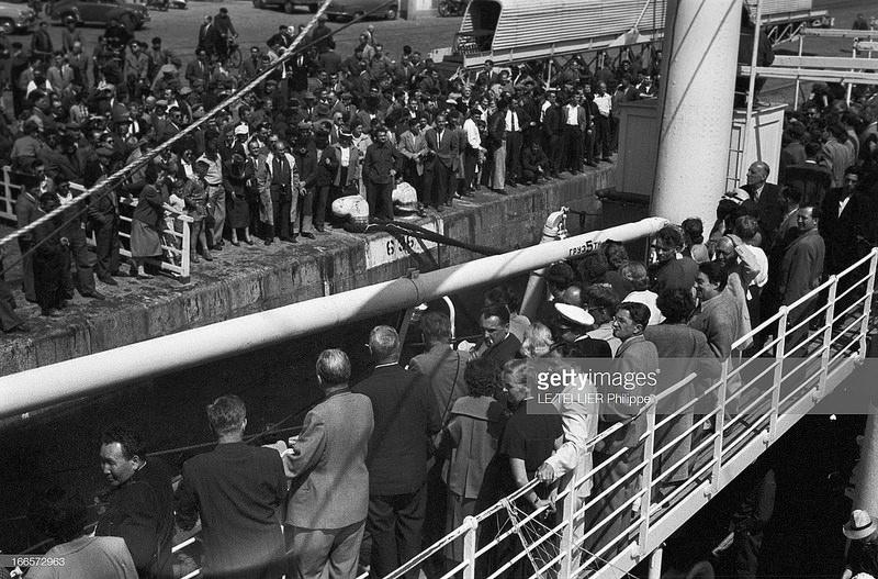 01. Советские туристы, путешествующие на борт «Победы», совершают остановку во Франции. Они готовы выйти на берег