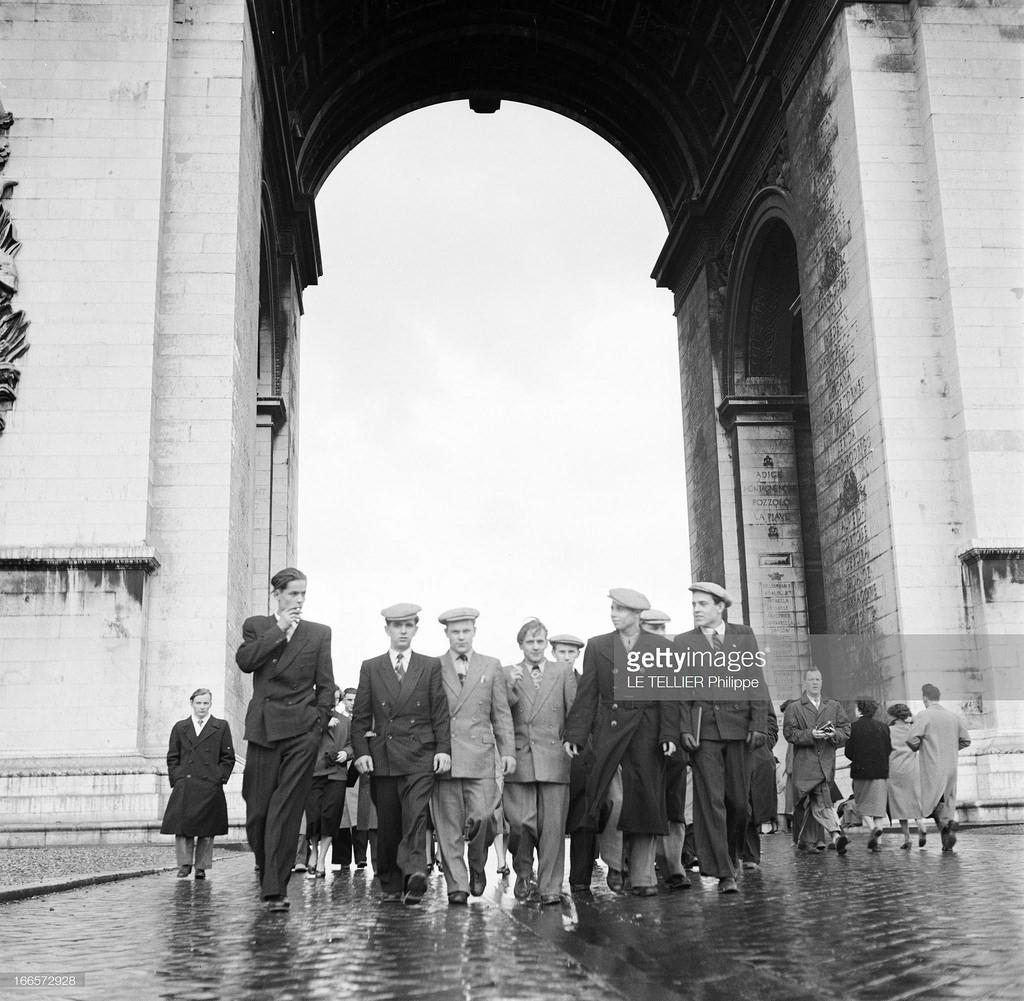 26. Туристы проходят Триумфальную  арку