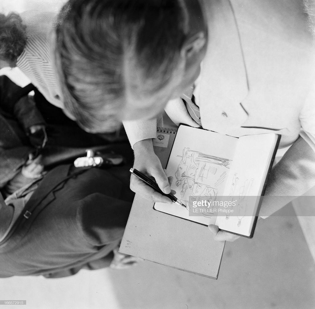 29. Турист рисует силуэты парижских женщин