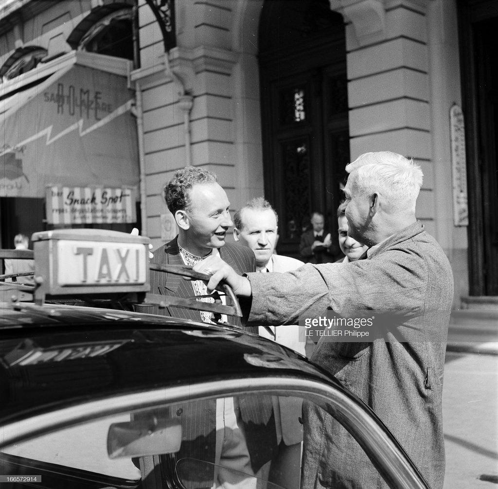 33. Три советских туриста, разговаривающих с парижским таксистом
