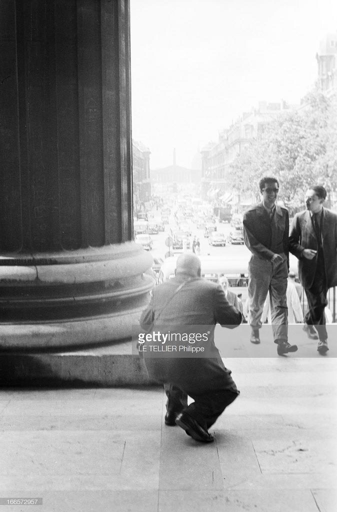 34. Турист фотографирует парижан