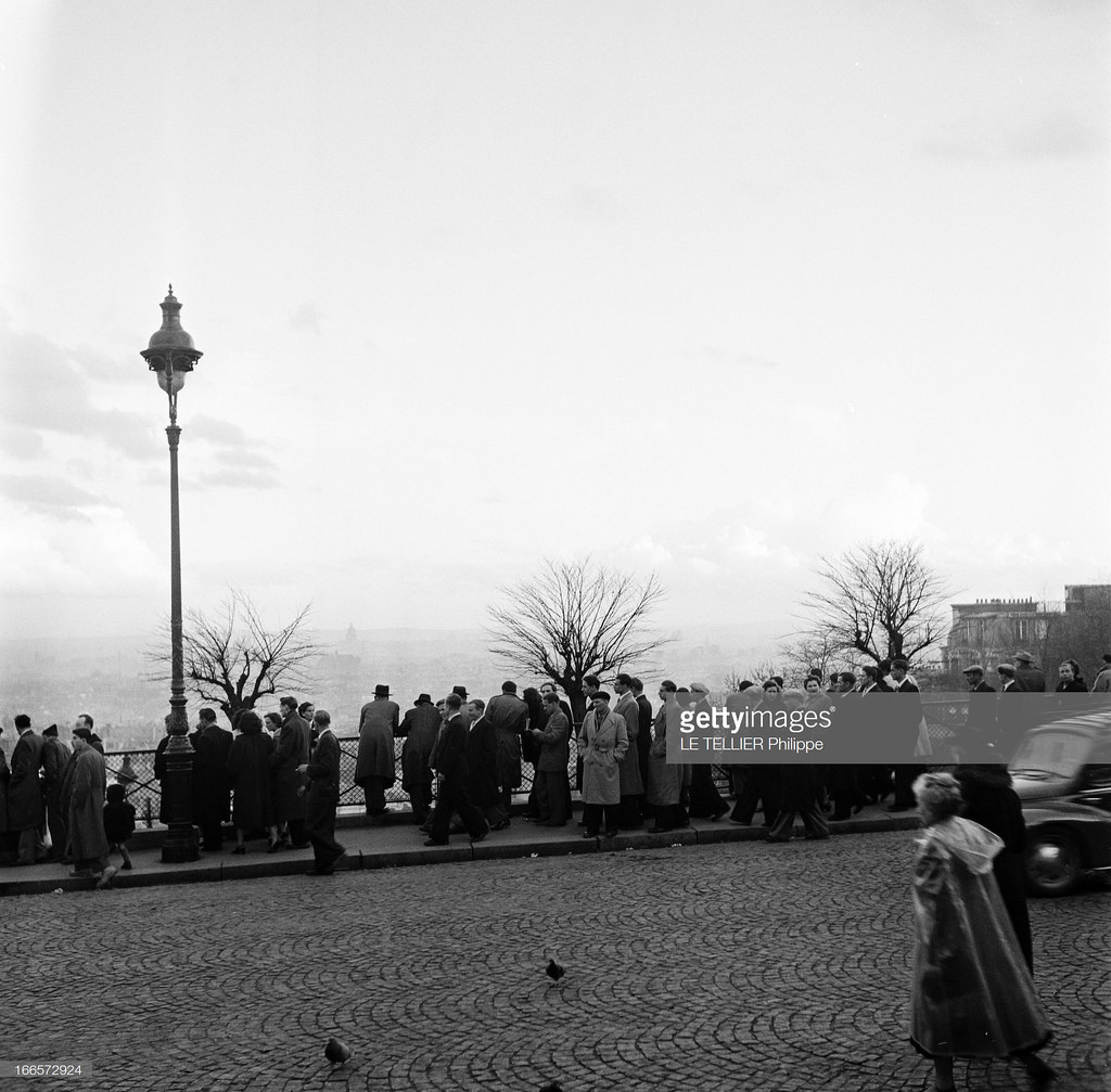 36. Туристы смотрят на Париж с Монмартра
