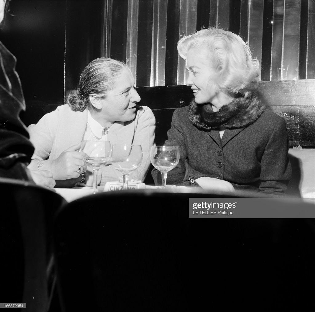 47. В кабаре «A la Rose Rouge». Туристы встретились с французской актрисой Барбарой Лаж. Она разговаривает с русской женщиной за ее столом