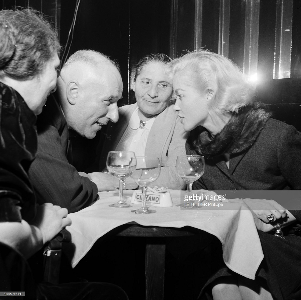 46. В кабаре «A la Rose Rouge». Туристы встретились с французской актрисой Барбарой Лаж. Беседа за столиком