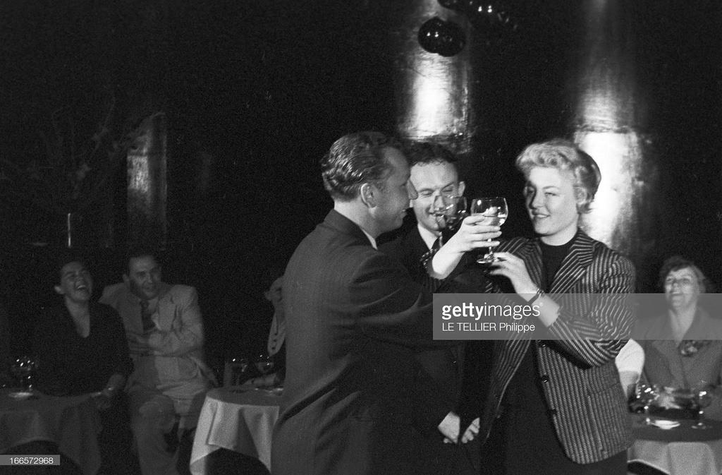 53. В кабаре «A la Rose Rouge». Французская актриса Николь Курсель и турист пьют на брудершафт
