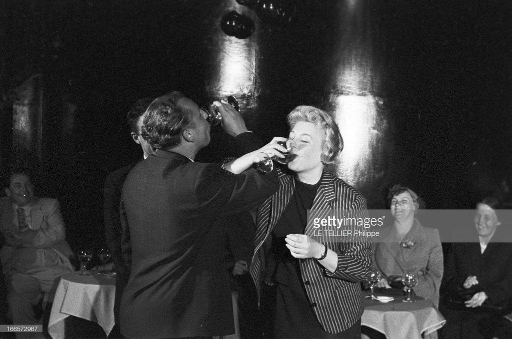 54. В кабаре «A la Rose Rouge». Французская актриса Николь Курсель и турист пьют на брудершафт