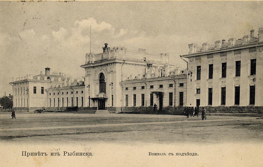 Железнодорожный вокзал с поъезда