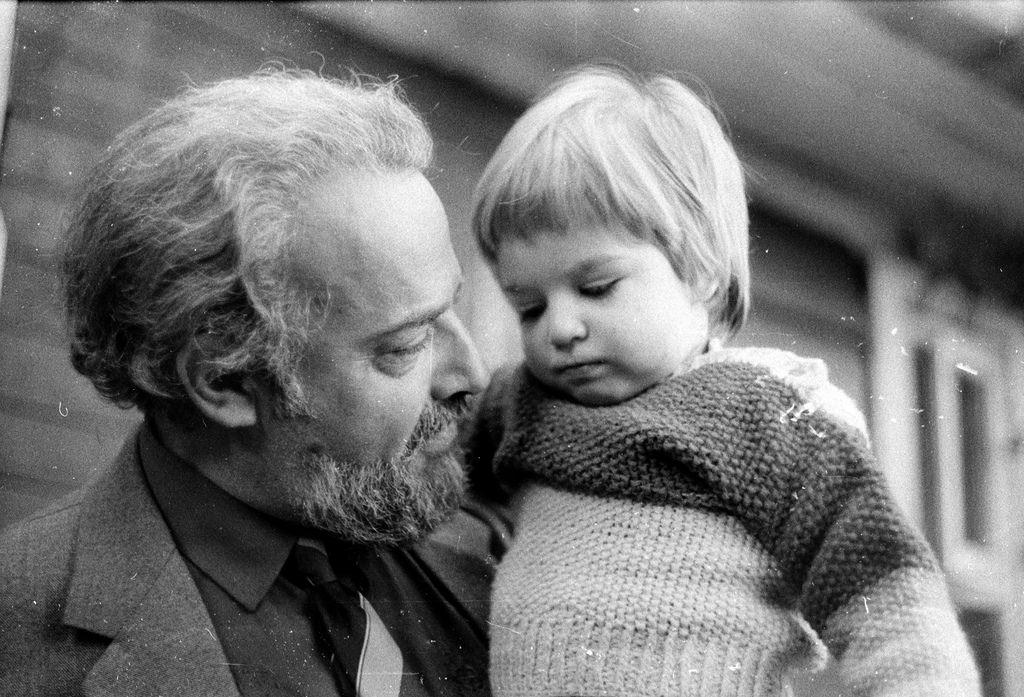 1987 г. С внуком Сашей.