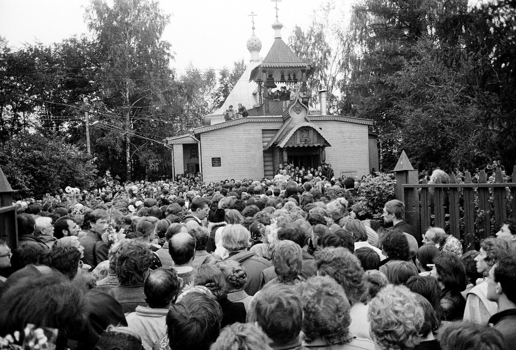 1990.09.11.-Pokhorony.-KHram-tolpa