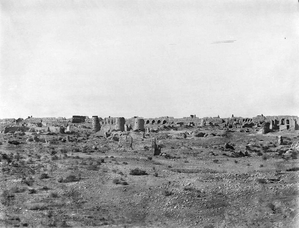 Абдуллахан-кала. Южная стена цитадели (три башни) и дворец правителя