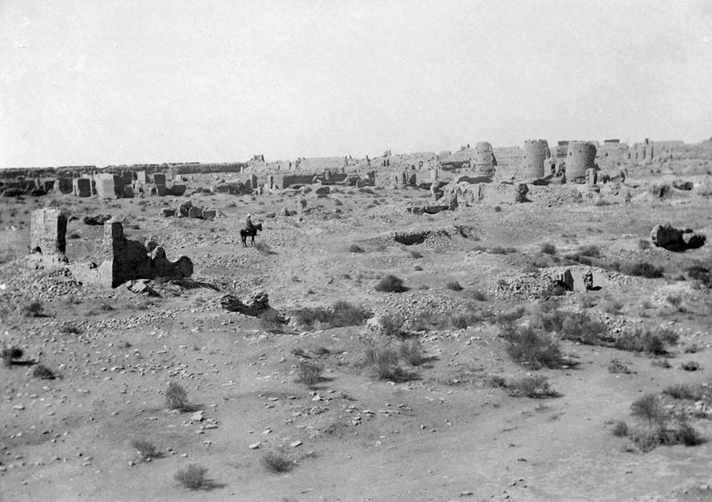 Абдуллахан-кала. Южная стена цитадели и застройка в западном угле городища
