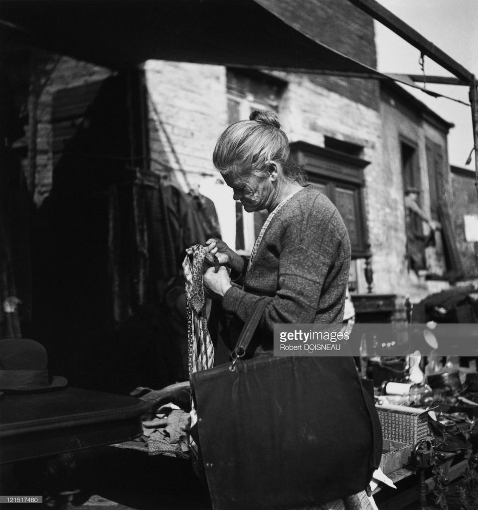 1932. Женщина в лавке старьевщика