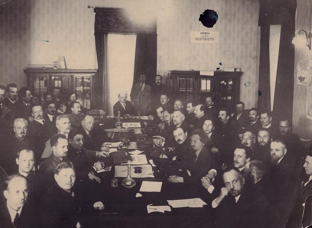 1918. В.И. Ленин на партийном заседании