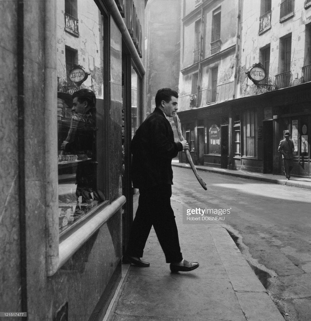 1953. Жак Превер выходит из булочной