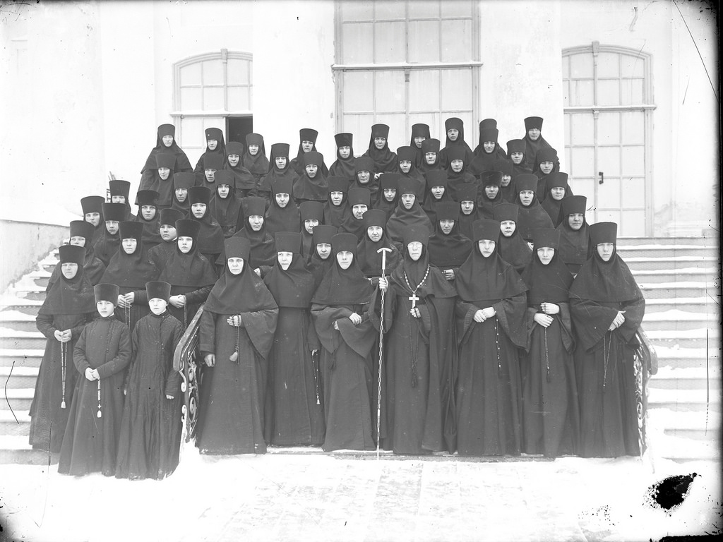 Игуменья Анастасия с монашками Староторжского женского монастыря. 1915