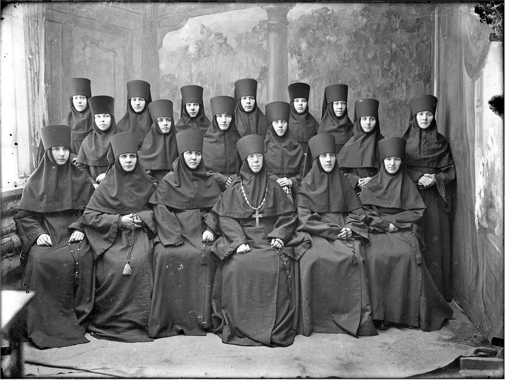 Игуменья Анастасия с монашками Староторжского женского монастыря. 1916