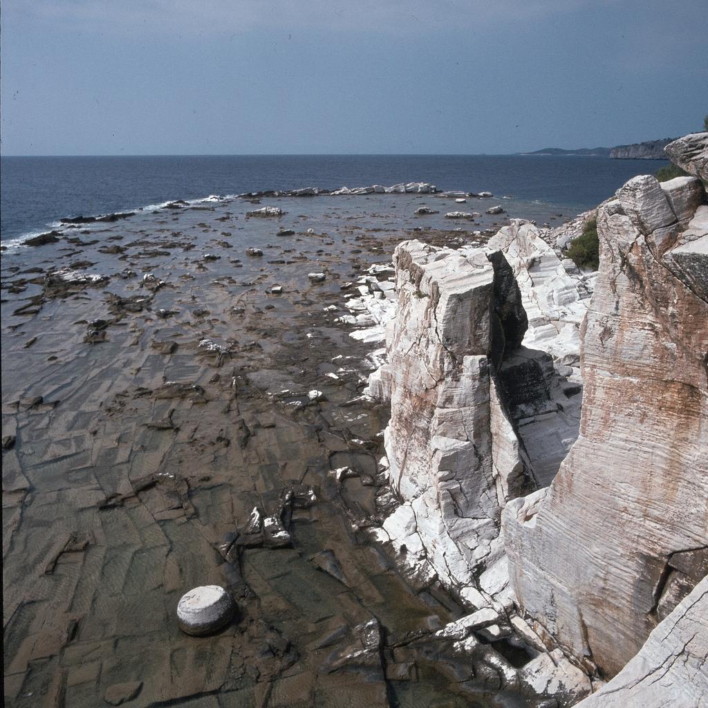 Каменный мост и мраморный пьедестал