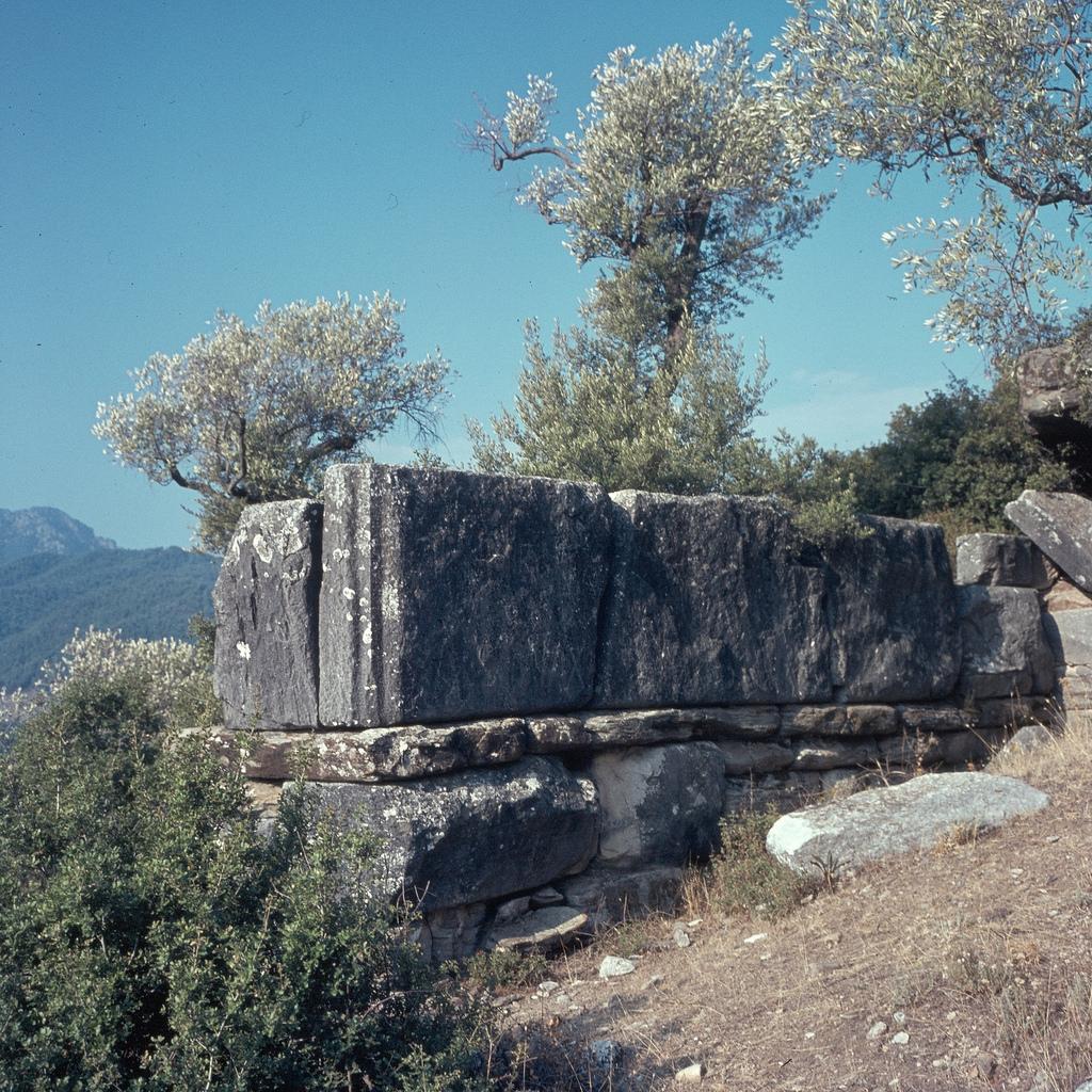 Мраморные блоки стены